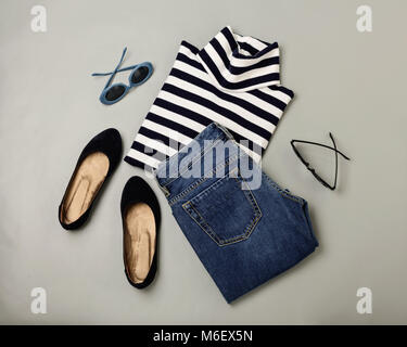 Ensemble de la mode jeans, pull rayé, chaussures et sunglsses. Mise à plat. Vue d'en haut. Banque D'Images