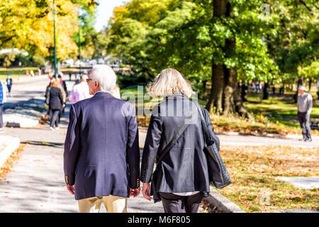 La ville de New York, USA - 28 octobre 2017: Manhattan avec des personnes couple libre de marcher sur Central Park Banque D'Images