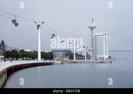 Chemin de câble sur le fleuve Tage bank menant à tour Vasco da Gama à Lisbonne, Portugal Banque D'Images
