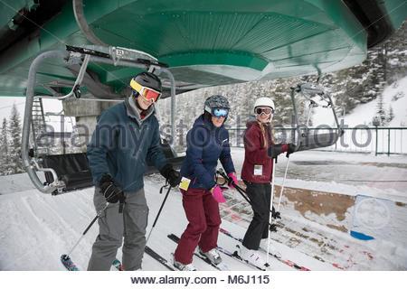 Les skieurs descendent de la famille au télésiège ski resort Banque D'Images