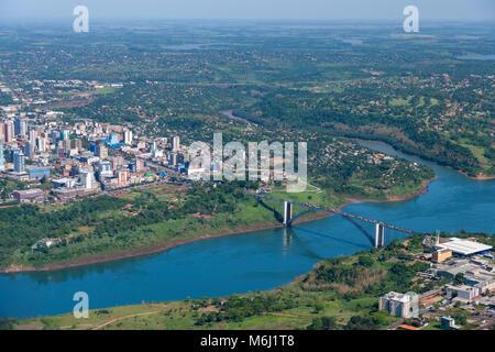 Pont sur la rivière Iguazu reliant l'Argentine, Brésil Vue aérienne du centre-ville au-dessus de la route de Misiones Banque D'Images