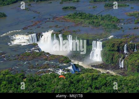 Paysage panoramique aérienne des chutes d'Iguazu à la frontière du Brésil, Argentine, Paraguay, site classé au patrimoine Banque D'Images