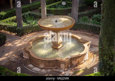 Fontaine de jardin avec cour orientale Banque D'Images