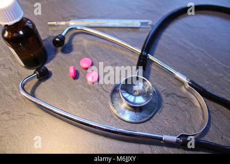 Stéthoscope, comprimé,drop et thermomètre, concept médical Banque D'Images