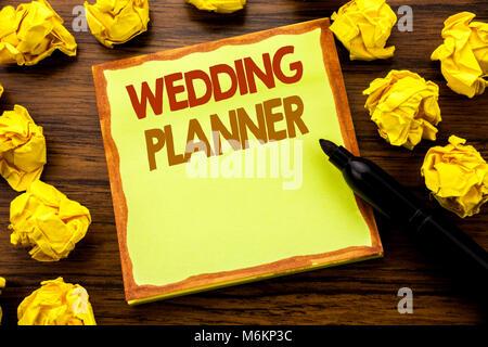 La main légende montrant Wedding Planner. Concept d'affaires pour la préparation au mariage inscrit sur Post-it Banque D'Images