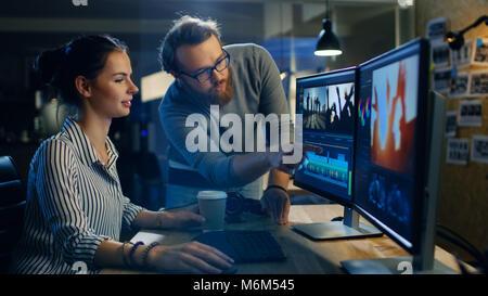Vidéo féminine et éditeur de son travaille avec son collègue masculin sur Projet sur son ordinateur personnel avec Banque D'Images