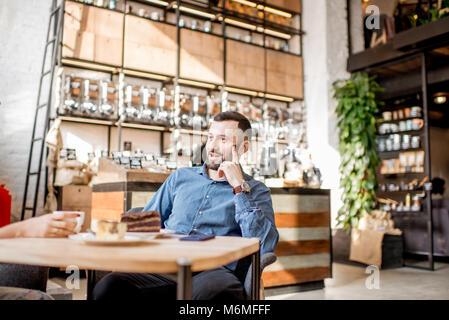 Homme dans le café Banque D'Images