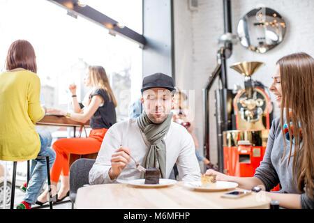 Les amis au café Banque D'Images