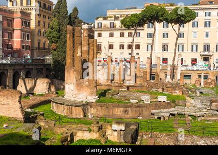Largo di Torre Argentina est un carré à Rome, Italie, avec quatre temples romaine et les vestiges de Pompey's Theatre. Banque D'Images