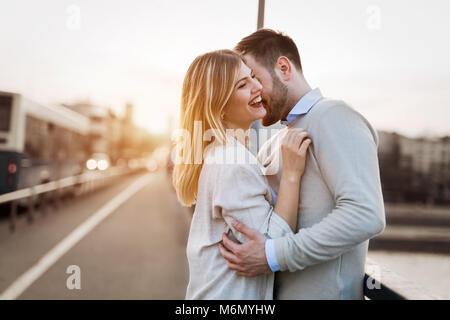 Couple kissing dating sur bridge Banque D'Images