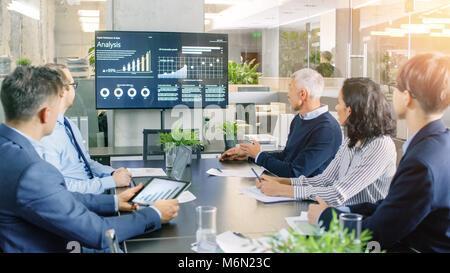 Conseil d'administration a réunion annuelle, divers groupes de gens d'affaires de la salle de conférence moderne Banque D'Images