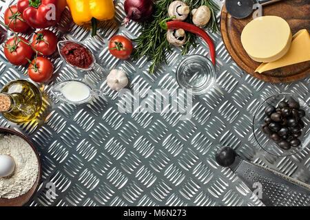 Ingrédients et épices pour la cuisson des pizzas. Les champignons, tomates, fromage, oignon, huile, poivre, sel, Banque D'Images