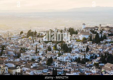 Grenade, Andalousie, espagne. Vue générale de la vieille ville quartier Albaicin vu depuis le Generalife palace Banque D'Images