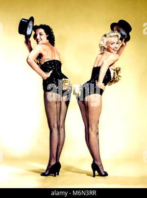 Hommes préfèrent les blondes 1953 MGM film avec Jane Russell et Marilyn Monroe à gauche Banque D'Images