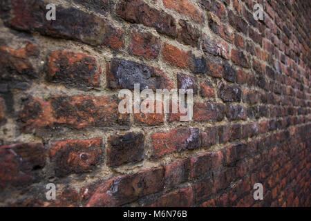 Close up of a porté et texturé mur de brique rouge dans une ruelle à York, au Royaume-Uni. Banque D'Images