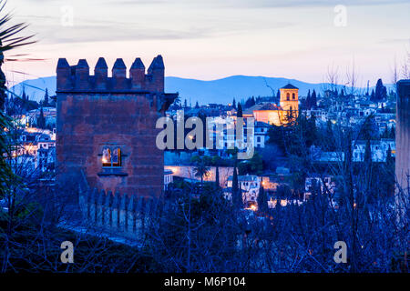Grenade, Andalousie, Espagne - Mars 8th, 2009: nuit vue sur la Tour de l'a fait Embattlements ( Torre de los Picos Banque D'Images