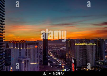 Las Vegas, Nevada, 6 mars 2018. Météo, les couleurs d'avant l'aube dans le ciel donnant sur le strip et Hollywood Banque D'Images