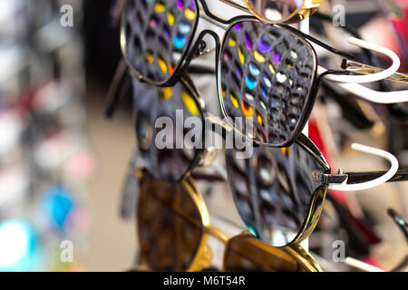 95644079d35898 ... Lunettes de soleil dans lequel d autres verres de couleurs différentes  sont affichées. Banque