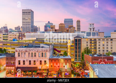 Memphis, Tennessee, USA city skyline sur Beale Street au crépuscule. Banque D'Images
