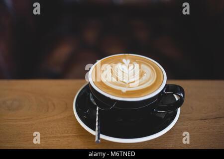 Belle latte art café sur table en bois dans la région de coffee shop Banque D'Images