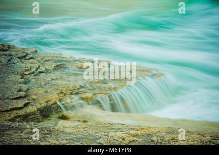L'eau fraîche découle d'un rivage rocailleux le long de la baie Georgienne, du lac Huron, Bruce Peninsula, au Canada, en Amérique du Nord