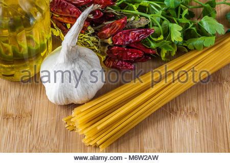 Spaghetti Aglio, Olio, Peperoncino et Prezzemolo: Ingrédients de la cuisine italienne traditionnelle Banque D'Images