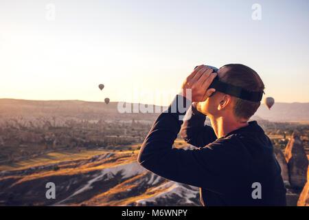 L'homme avec des lunettes de réalité virtuelle. La future technologie concept. La technologie de l'imagerie moderne. Banque D'Images