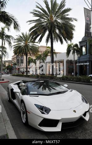 Lamborghini garée sur le célèbre Rodeo Drive au cœur de Beverly Hills, en Californie. La rue est connu pour ses Banque D'Images
