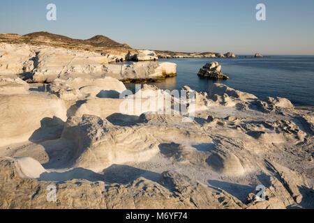 Formations de roche volcanique à Sarakiniko sur côte nord, Sarakiniko, Milos, Cyclades, Mer Égée, îles grecques, Banque D'Images