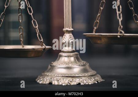 La loi et la justice, la légalité concept, balance de la Justice sur un fond de bois noir. Banque D'Images