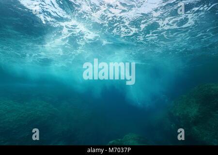 Écume de mer formée par les vagues se briser sur la roche, vu sous l'eau, mer Méditerranée, Côte d'Azur, France Banque D'Images
