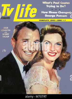 """JULIE LONDON (1926-2000) chanteuse et actrice de télévision avec mari Bobby Troup sur nous couvrent environ 1972 magazine pendant qu'ils étaient à la télévision dans la série """"Urgence""""!"""