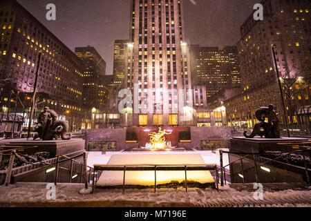 New York City, USA. 7 mars, 2018. Neige dans la ville de New York, États-Unis, le mercredi 07 mars 2018., Rockefeller Banque D'Images
