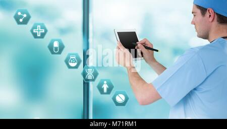Male doctor holding medical interface tablette avec icônes hexagonales Banque D'Images