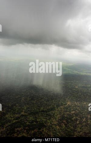 Vue aérienne d'une averse sur la brousse africaine, Serengeti, Tanzanie Banque D'Images