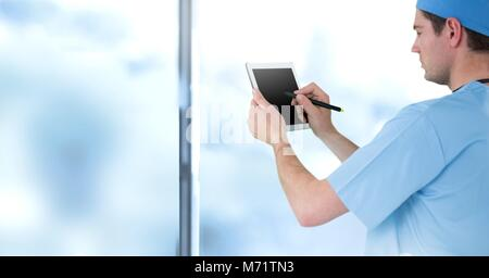 Male doctor holding tablet Banque D'Images
