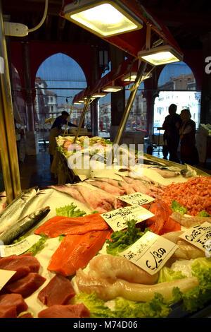 Le marché aux poissons du Rialto à Venise Italie Banque D'Images
