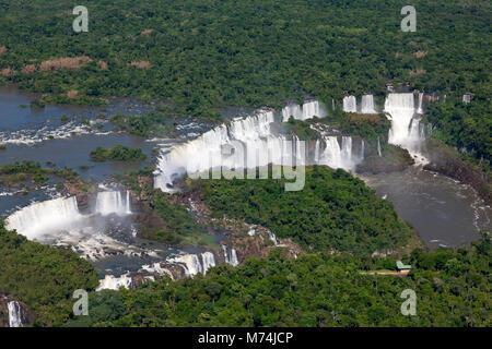 Antenne d'été vue panoramique de chutes d'Iguazu à la frontière du Brésil, Argentine, Paraguay UNESCO World Heritage Banque D'Images