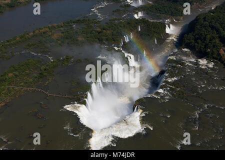Pan aérienne Iguazu Falls, rivière, plein de cascades arc-en-ciel sur border Brésil, Argentine, Paraguay site du Banque D'Images
