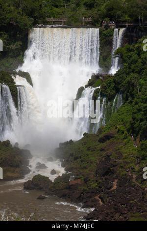 Panorama des chutes d'Iguazu avec La perspective lointaine petite promenade sur les touristes trail site du patrimoine Banque D'Images
