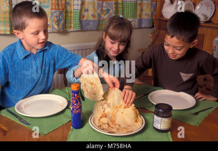 Trois enfants profiter de crêpes Banque D'Images