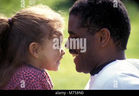 Père noir et métis fille face à face Banque D'Images