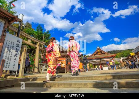 Kyoto, Japon - 24 Avril 2017: la femme japonaise en kimono visiter Yasaka dans la saison du printemps. Sanctuaire de Gion est l'un des plus célèbres sanctuaires de Kyoto entre District et District de Gion Higashiyama.