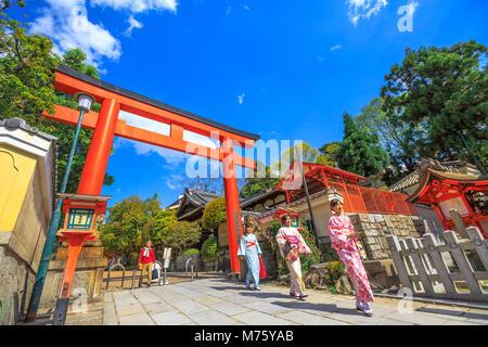 Kyoto, Japon - 24 Avril 2017: la femme japonaise avec kimono à red Torii de temple Yasaka dans la saison du printemps. Sanctuaire de Gion est l'un des plus célèbres sanctuaires entre Gion et quartier Higashiyama.journée ensoleillée