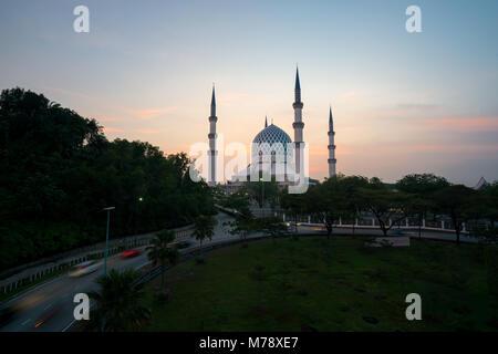 Salahuddin Abdul Aziz Shah Mosquée (aussi connu comme la Mosquée Bleue, la Malaisie) au lever du soleil, situé à Banque D'Images
