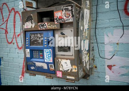 Vandalisé et graffiti non incrustés de guichets automatiques bancaires détenus dans le quartier de Chelsea, New Banque D'Images