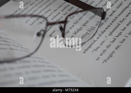 Réservez avec des lunettes Banque D'Images