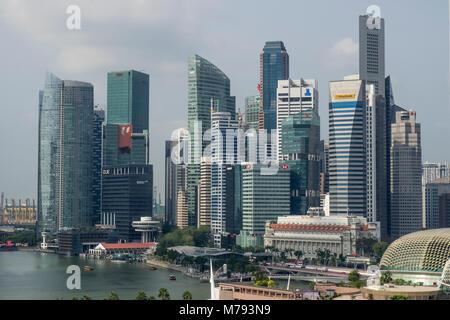 Marina Bay et les tours de bureaux et gratte-ciel du quartier financier et d'affaires du centre-ville de Singapour.
