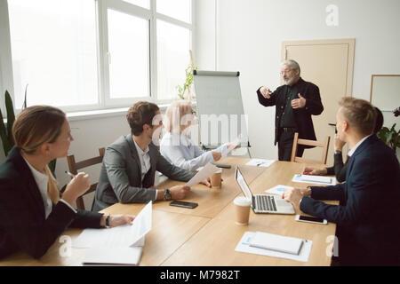 Entraîneur principal de donner à l'exécutif de l'équipe de gestionnaires de présentation en b Banque D'Images
