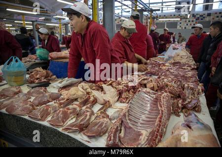 Les bouchers sont négociés sur le marché Dorogomilovski gamme de viande au centre de Moscou, Russie Banque D'Images